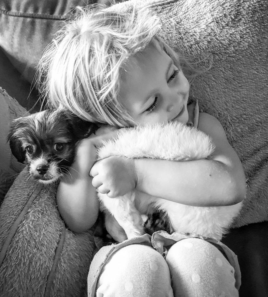 La ciencia confirmó en varia oportunidades los beneficios de las mascotas en los procesos de crecimiento y desarrollo social de las generaciones más jóvenes (iStock)
