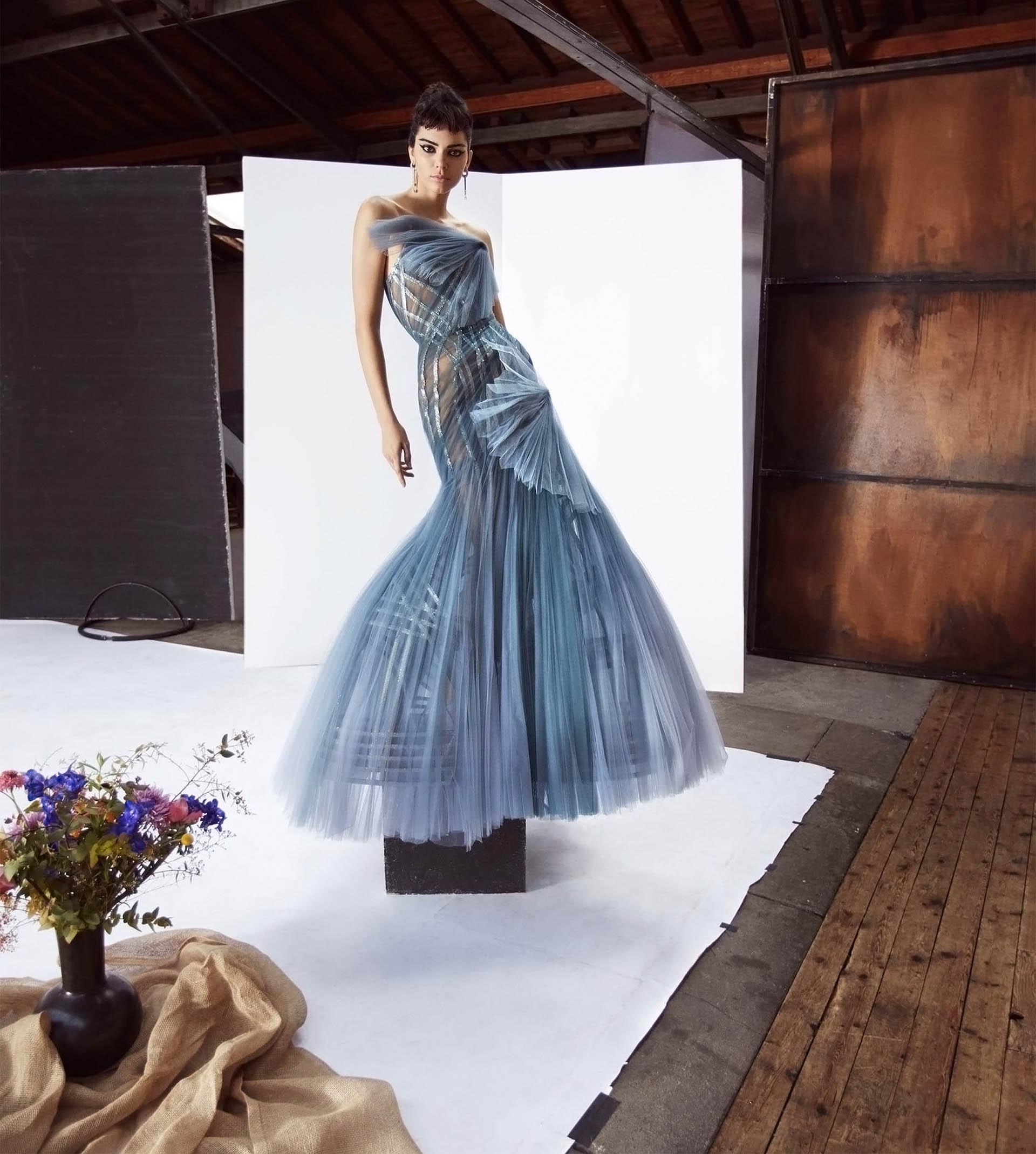 Emulando el estilo de la icónica Audrey Hepburno con una pieza azul empolvado de Atelier Versace y joyas Tiffany & Co.