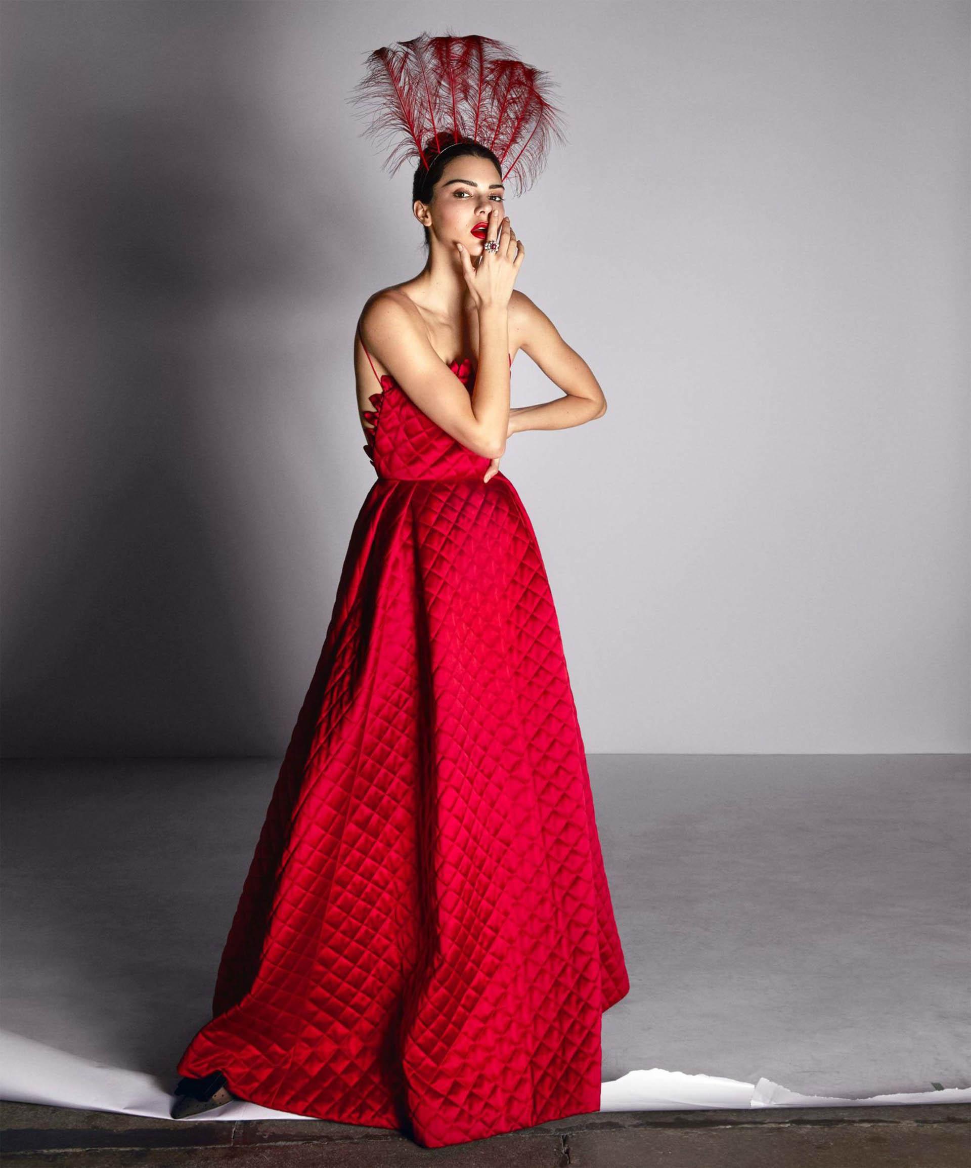 Vestido rojo de Dior Haute Couture con tocado de plumas a tono, y zapatos de la misma colección. Joyas Dior Fine Jewelry (Camilla Akrans)