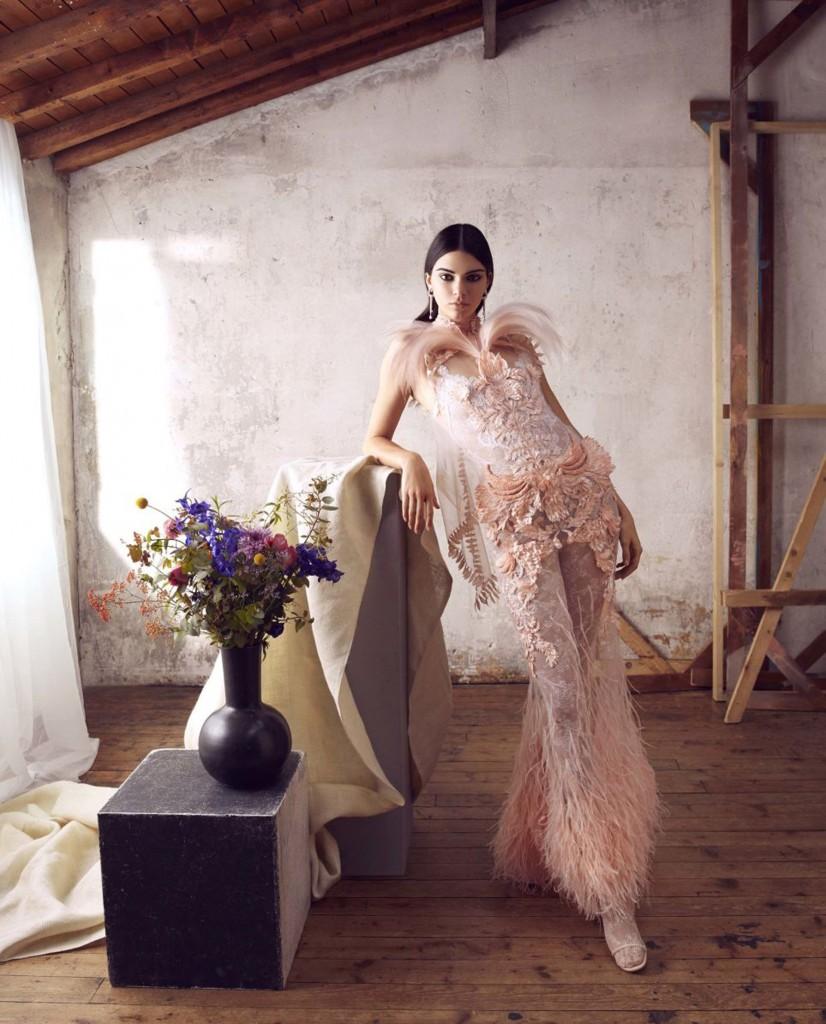 Enfudada en piezas de alta costura de Dior, Armani Privé y Givenchy, la menor del clan Kardashian posó para la lente de artista fotográfica Camila Akrans en un glamoroso producción