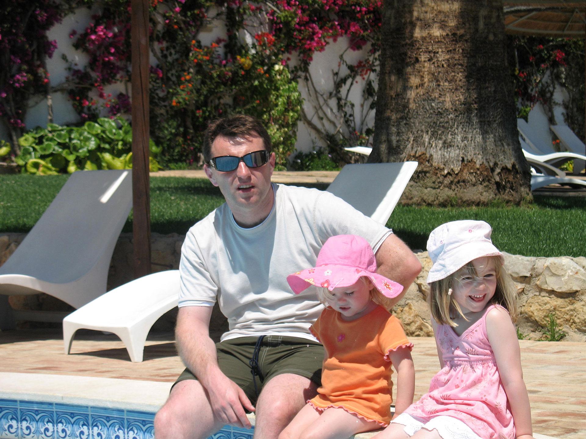 La última fotografía en Praia da Luz, Portugal, junto con su padre Gerry y su hermana menor