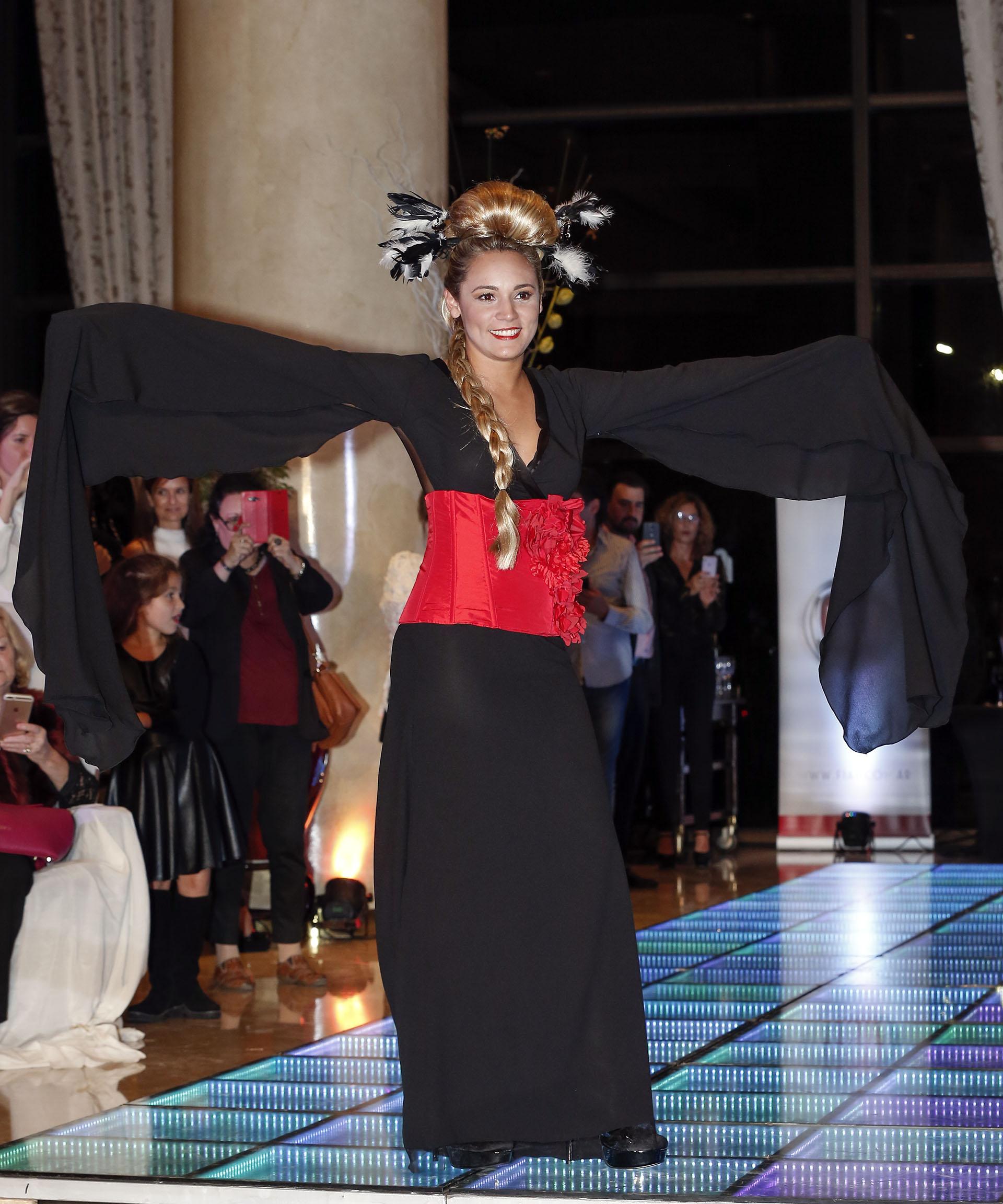 Con un kimono negro y faja colorada, Rocío Oliva se mostró con naturalidad y se animó a desfilar por primera vez