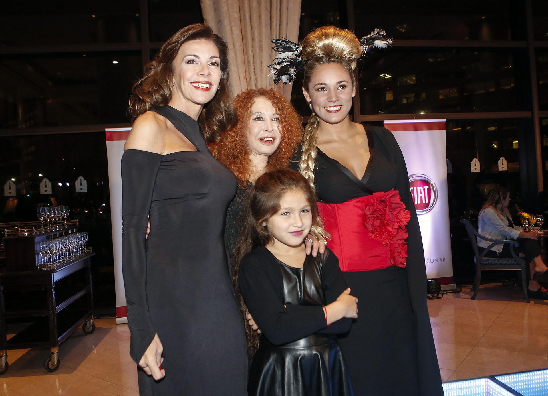 Maureene Dinar y su hija junto a Rocío Oliva y Fabiana Araujo