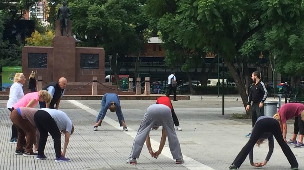 Varios grupos de personas mayores realizan ejercicios en las plazas porteñas (Víctor Ingrassia)