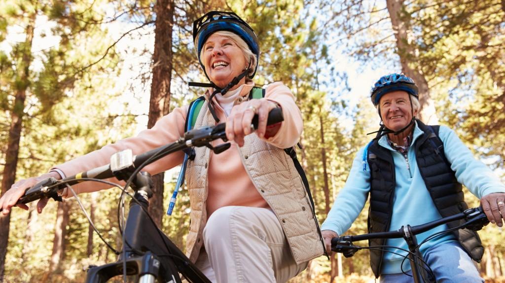 La bicicleta es muy recomendada como ejercicio en los nuevos adultos jóvenes (iStock)