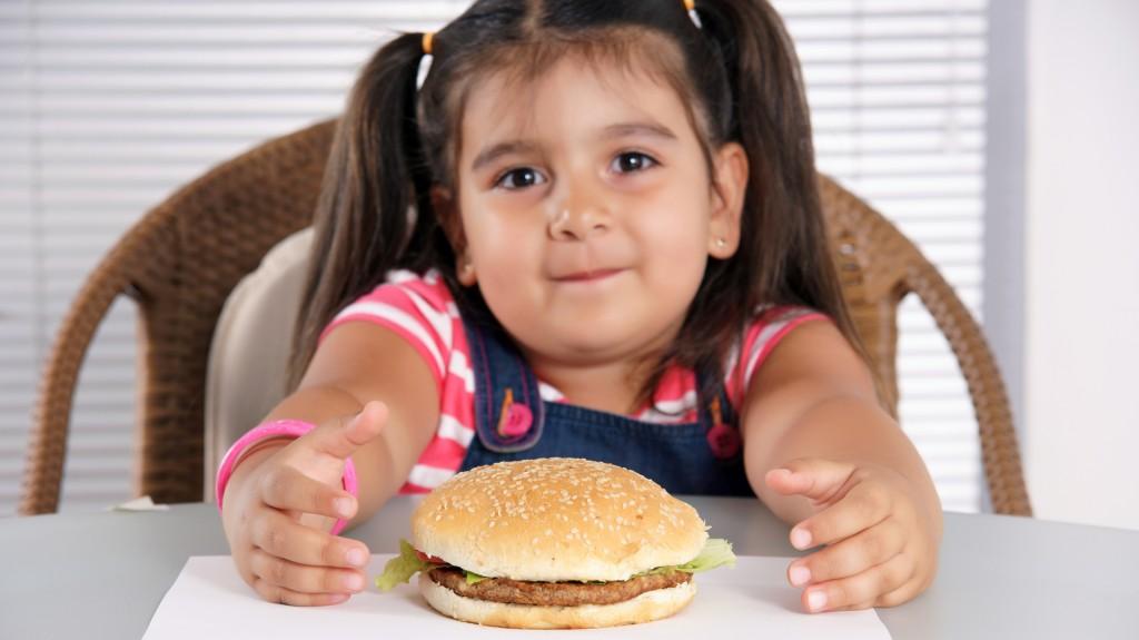 La dieta pierde calidad progresivamente a partir del año, cuando los padres dejan de prepararles comidas especialmente para ellos (iStock)