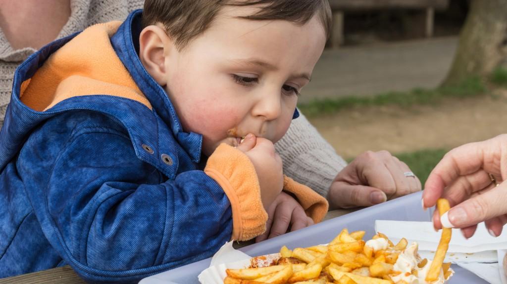 Entre los 6 meses y los 3 años de edad, 1 de cada 3 actos de ingesta corresponde a alimentos y bebidas poco saludables por su alto contenido de azúcar, grasas y sodio (iStock)