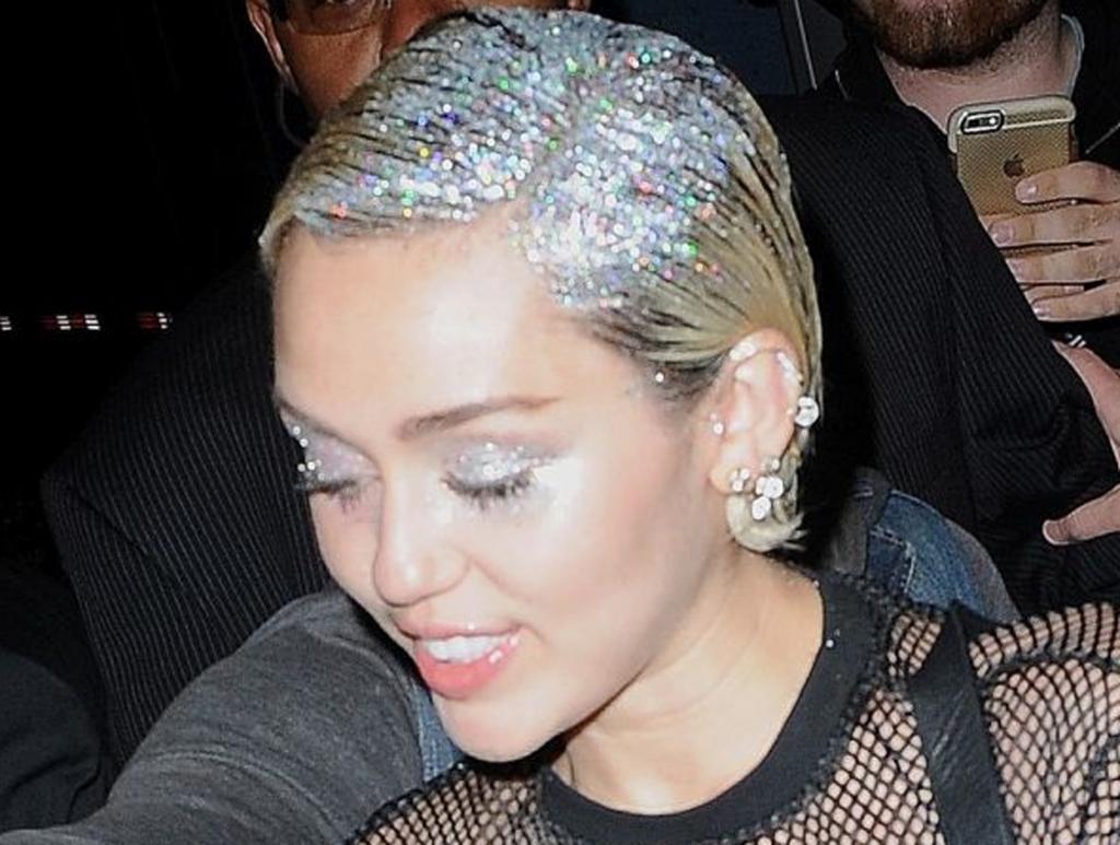 La técnica hermana de este nuevo look es el conocido Glitter Roots, Miley Cyrus fue una de las primeras en lucir el cabello con glitter