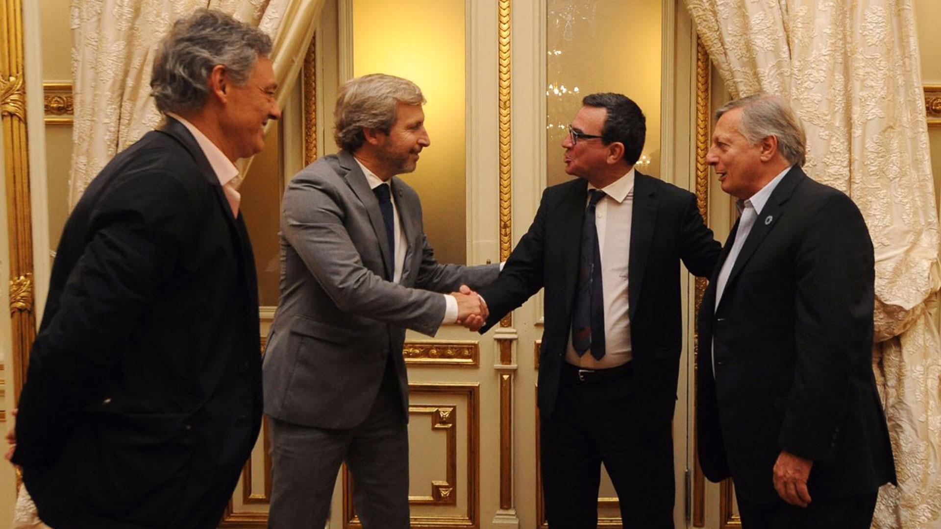 Madanes saluda a Rogelio Firgerio en Casa Rosada en 2017. También estúvieron presentes los ex ministros Francisco Cabrera y Juan José Aranguren