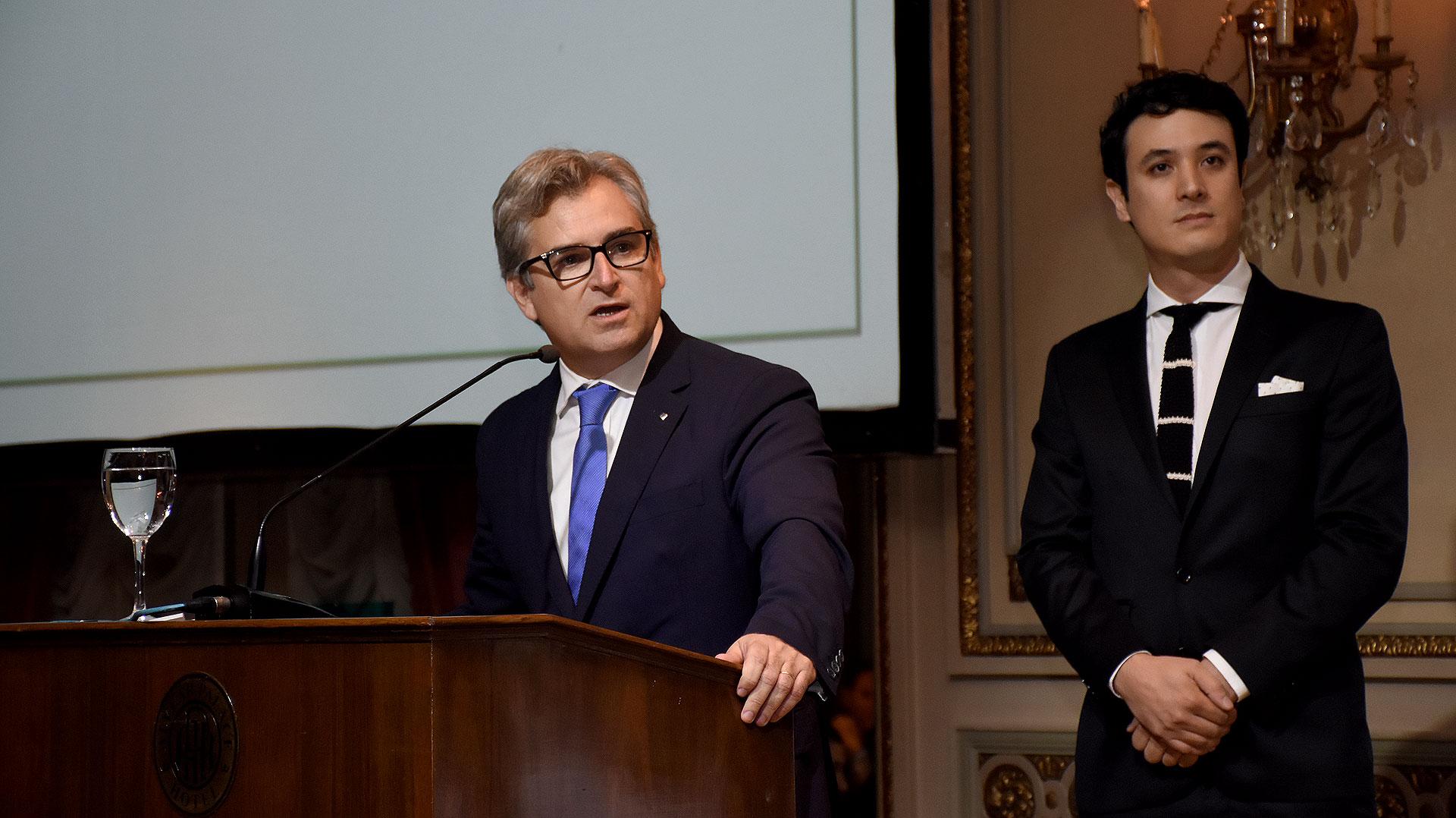 Eric Castanier, presidente de Cascos Verdes, durante su discurso. A su lado, Gonzalo Bazgan, director ejecutivo de Cascos Verdes