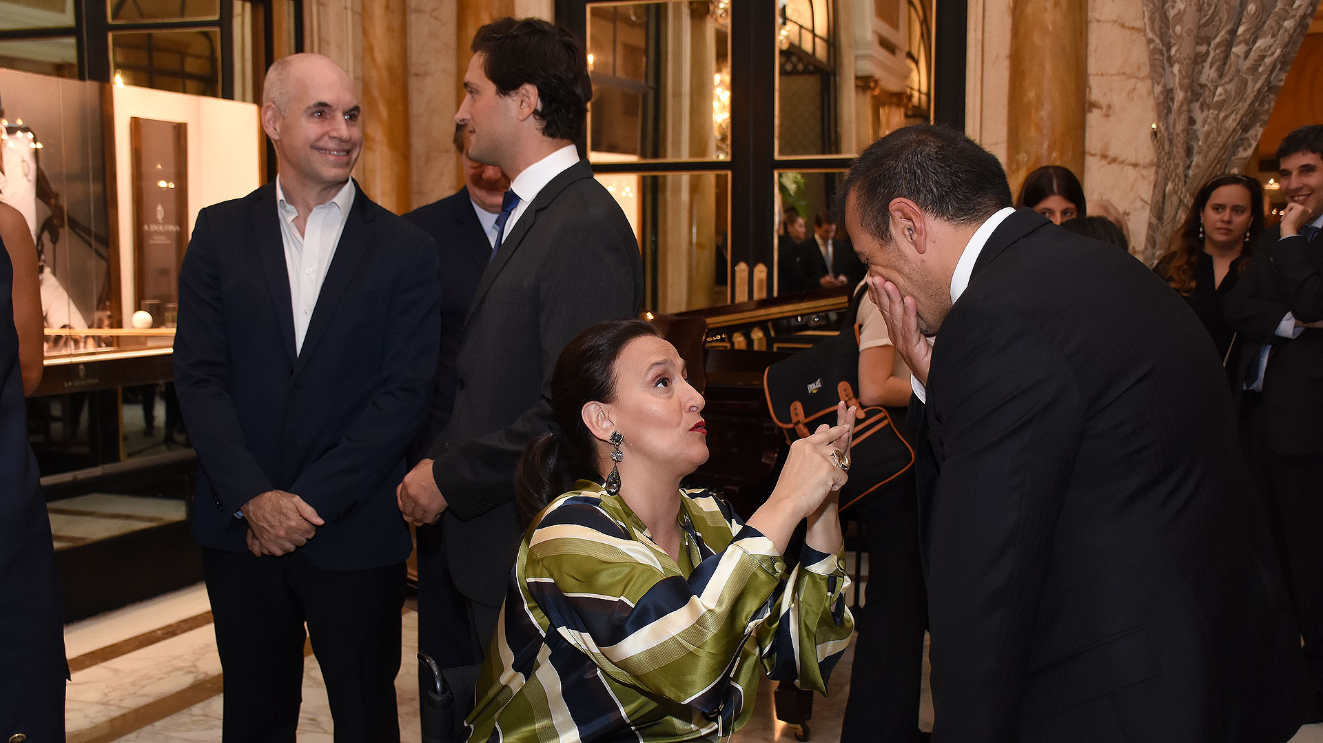 Horacio Rodríguez Larreta dialoga con Javier Ureta Saenz Peña, mientras que Gabriela Michetti lo hace con Mario Quintana