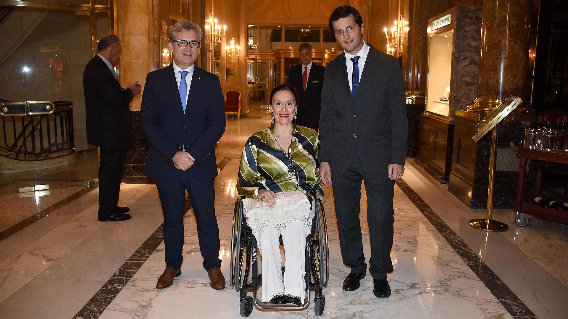 La vicepresidenta de la Nación, Gabriela Michetti, junto a Eric Castanier, presidente de Cascos Verdes, y a su fundador, Javier Ureta Saenz Peña
