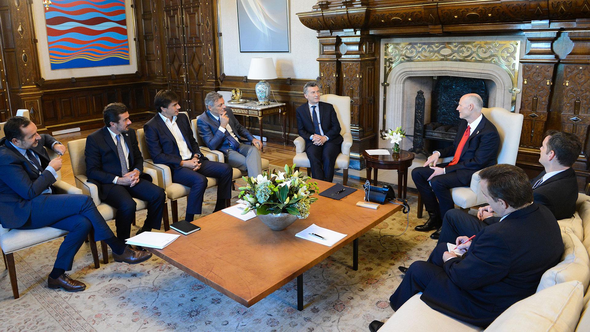 El gobernador de la Florida, Rick Scott, con el presidente Mauricio Macri y los funcionarios de gobierno en la Casa Rosada.