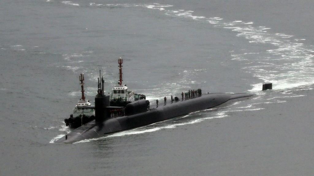 La llegada del submarino nuclear USS Michigan (Reuters)