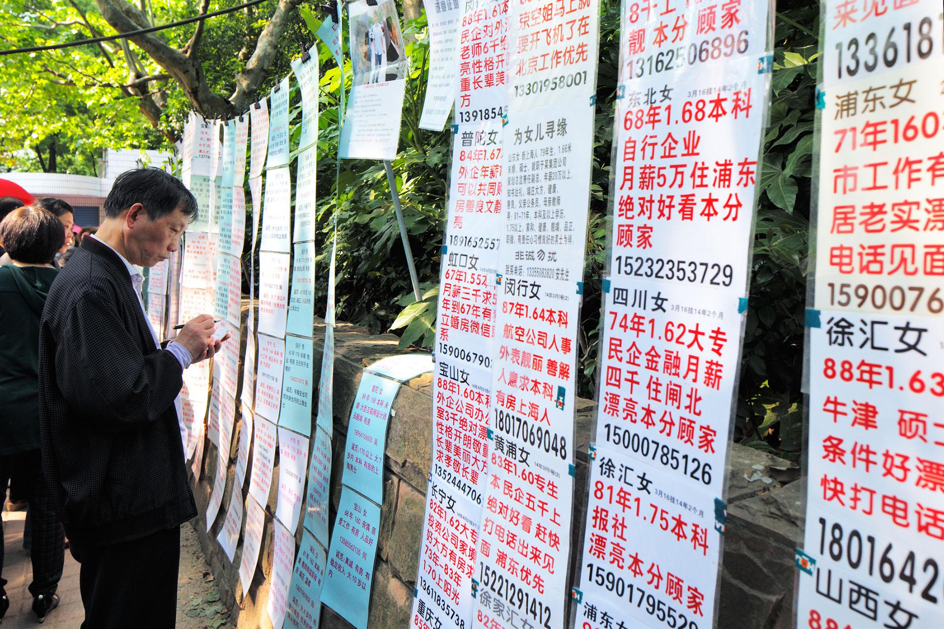 La plaza de Shanghái, donde acuden padres en busca de parejas para sus hijos
