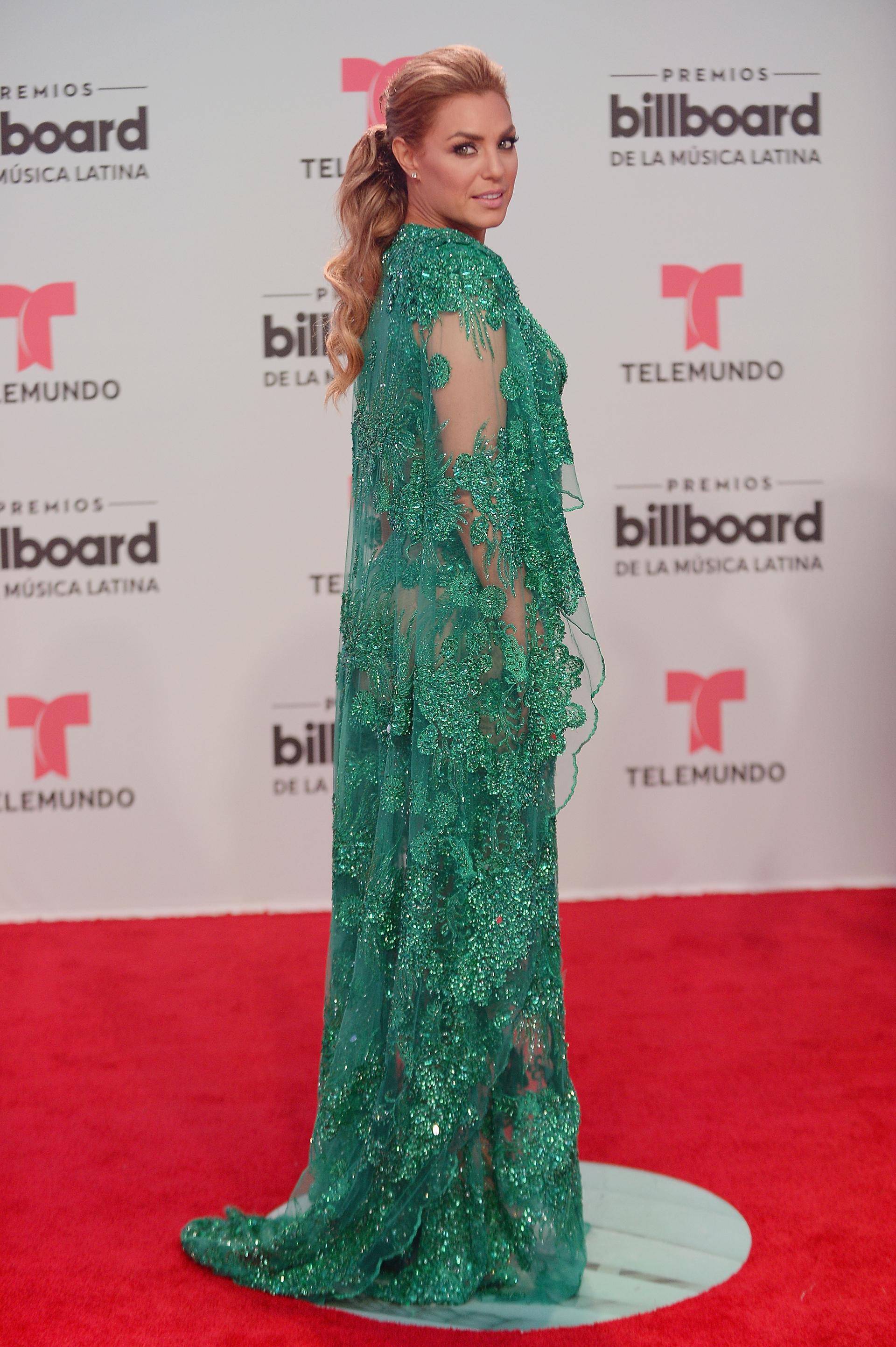 Rosina Grosso optó por un vestido verde y transparencias, un maquillaje natural y un peinado que acompaña el vestido (Getty Images for Billboard/AFP)