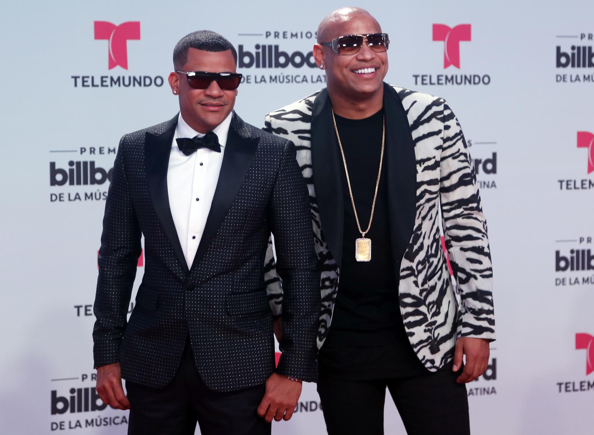 El duo de Gente de Zona llamó la atención de todos con sus smoking y sus gafas. (AP Photo/Wilfredo Lee)