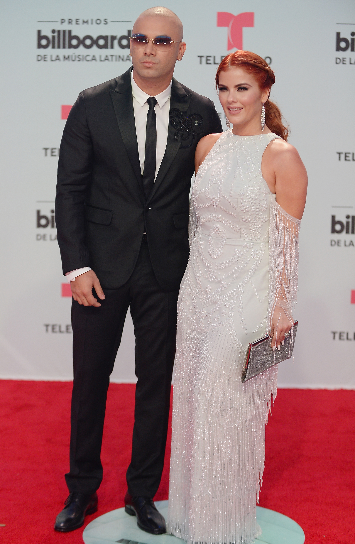 Wisin y su esposa Yomaira Ortiz con detalles en apliques (Jason Koerner/Getty Images for Billboard/AFP)