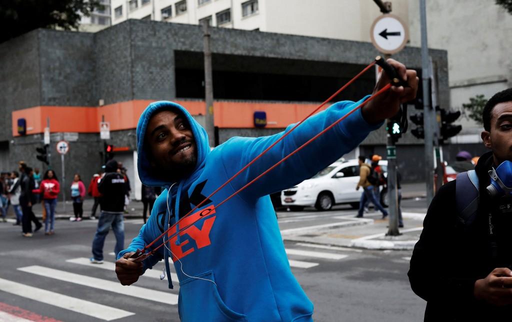 """""""Ya no podemos quedarnos más callados, con un gobierno que no es legítimo, que no fue elegido, promover una desarticulación de los derechos de los trabajadores y del pueblo brasileño"""", dijo Ricardo Jacques, un empleado bancario en huelga en esa ciudad (Reuters)"""