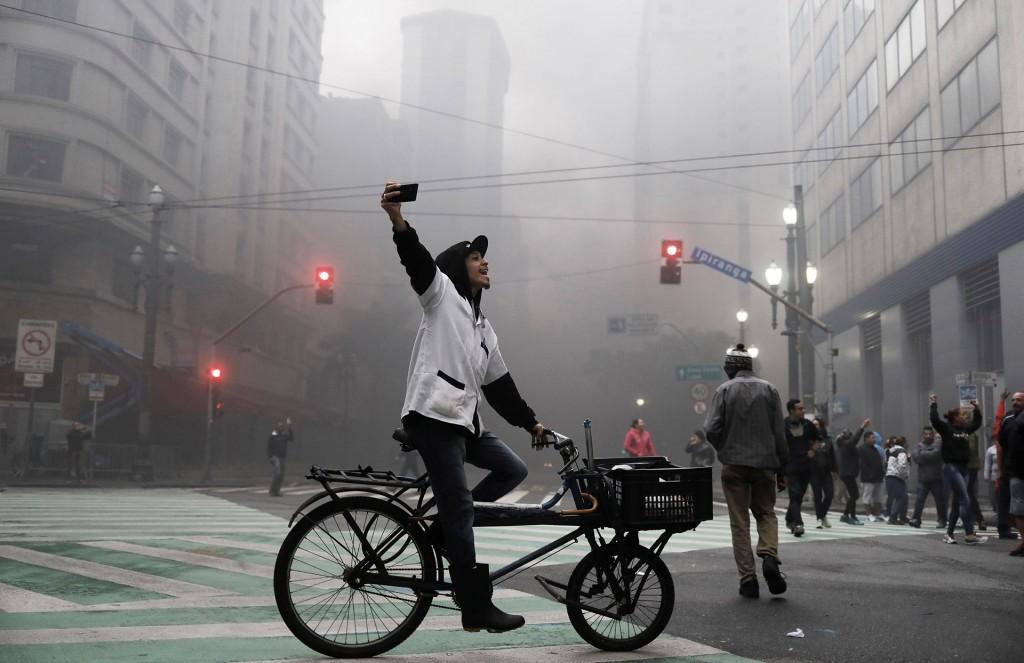 Durante las primeras horas de la jornada, manifestantes bloquearon calles en las principales ciudades del país (Reuters)