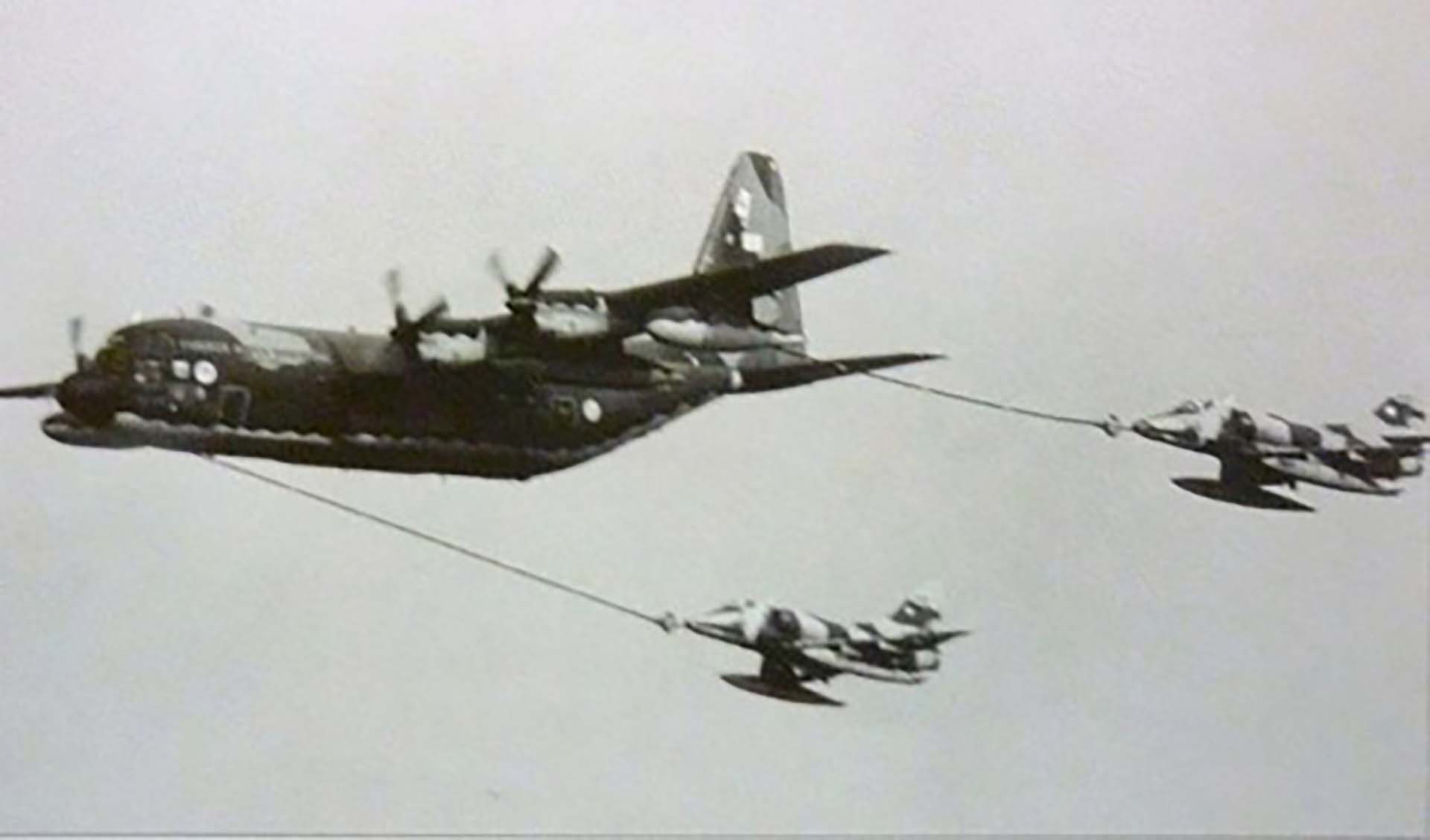 """Carga de combustible en vuelo de dos aviones A4-C. El Hércules KC-130-""""La Chancha"""" como lo llaman en la Fuerza Aérea-los esperaba en """"punto de reabastecimiento"""" entre las islas y el continente para que los pilotos pudieran reponer combustible cuando iban y volvían de las misiones"""