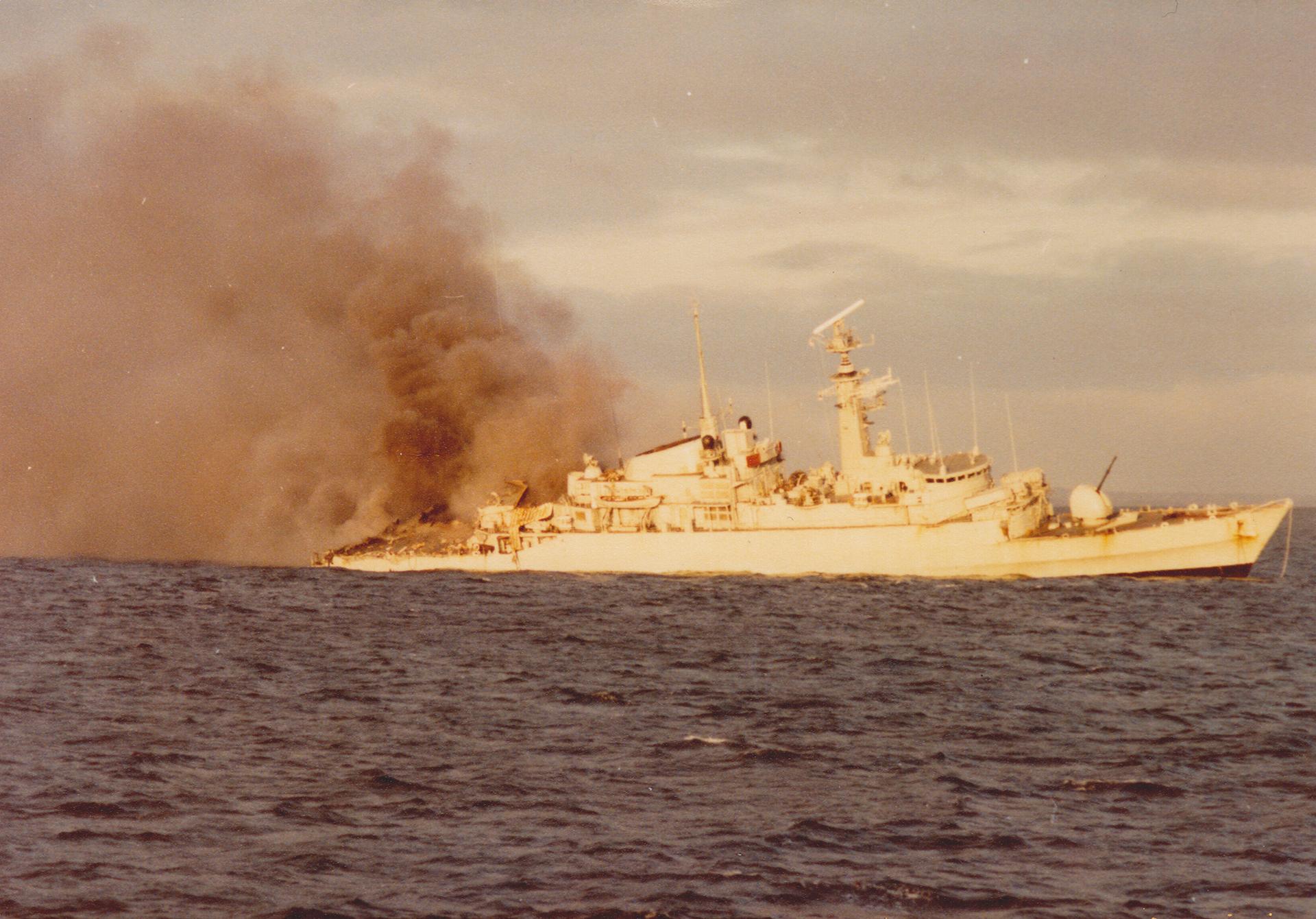21 de mayo: la HMS Ardent en llamas. Mientras prestaba apoyo de bombardeo de la pista de aterrizaje argentina en Pradera del Ganso, fue atacada por tres oleadas de aviones A4-B, Mirage 5 y A4-Q. Al día siguiente, la fragata se hundió