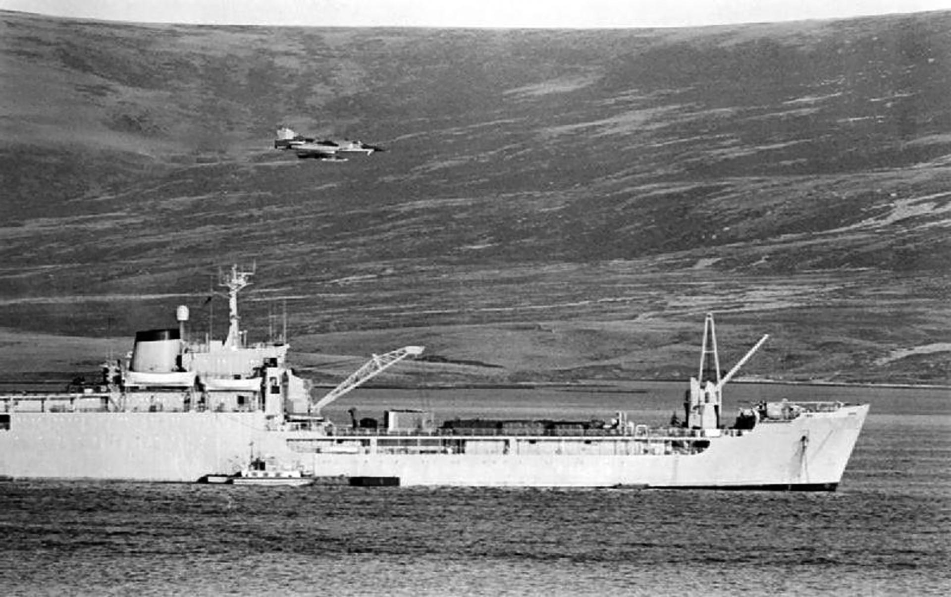 8 de junio: un avión de la Fuerza Aéreaatacó al Sir Galahaden Bahía Agradable. Los pilotos sobrevolaban a escasa altura sobre losbarcos para lanzar sus bombas