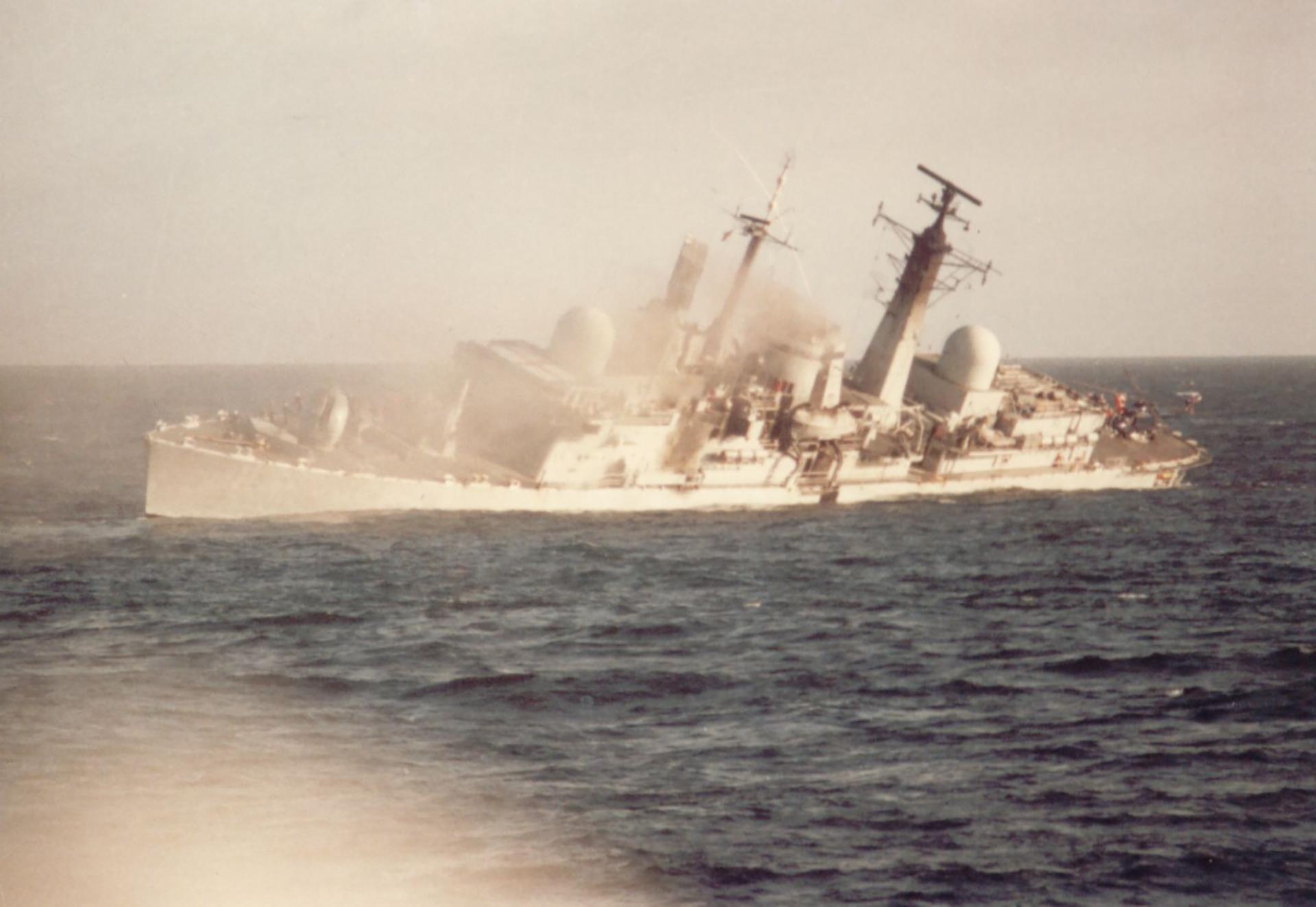 25 de mayo: el destructor HMS el Coventry recibió la orden de posicionarse en el Estrecho de San Carlos para atraer los aviones argentinos y alejarlos de la flota de invasión. Los ingleses derribana los primerosA4-B y A4-C, pero finalmente el buqueesalcanzadopor tresbombas