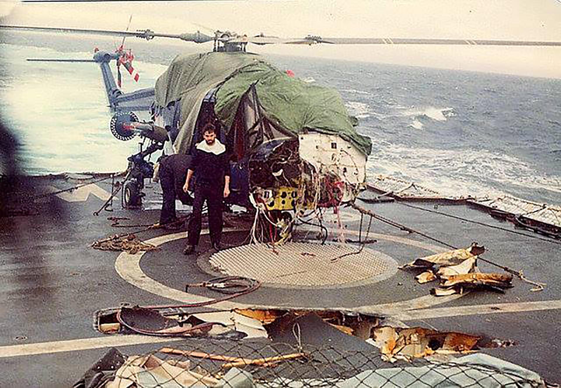 21 de mayo: el daño en lacubierta del HMS Broadsword luego del ataque delos A4-B