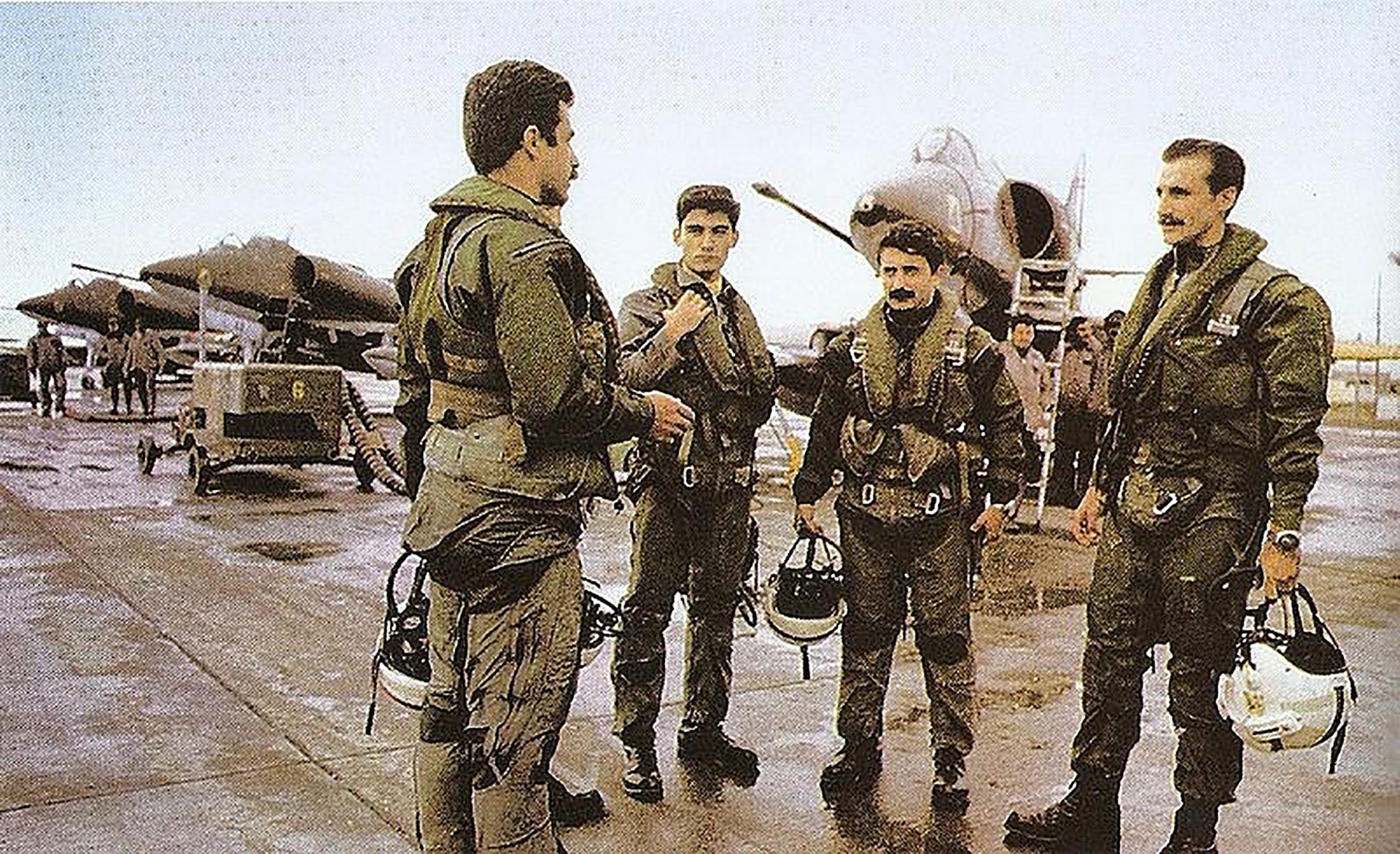 El capitán Pablo Carballo (de espaldas) junto a su escuadrilla antes de una misión. Recibió la Cruz al Heroico Valor en Combate y participó de siete misiones durante la guerra de Malvinas, incluyendo los hundimientos del Coventry, Ardent y los serios daños alBroadsword