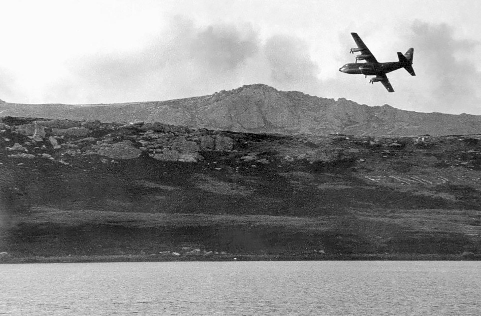 Un Hércules sobre Malvinas. Realizaba el puente aéreo entre las islas y el continente llevando tropas y provisiones
