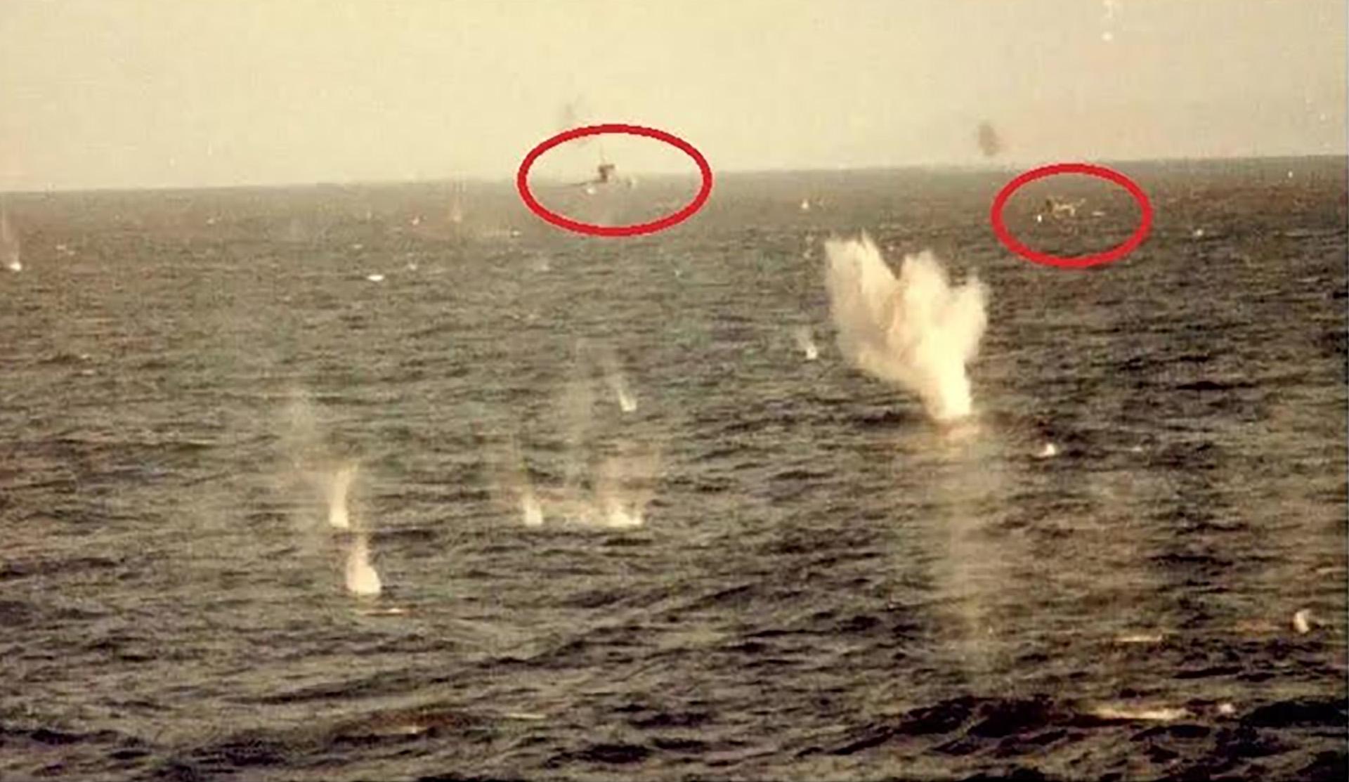 El impresionante ataque de dos aviones A4-B (del capitán Pablo Carballo y el alférez Carlos Rinke) fotografiado desde un buque británico