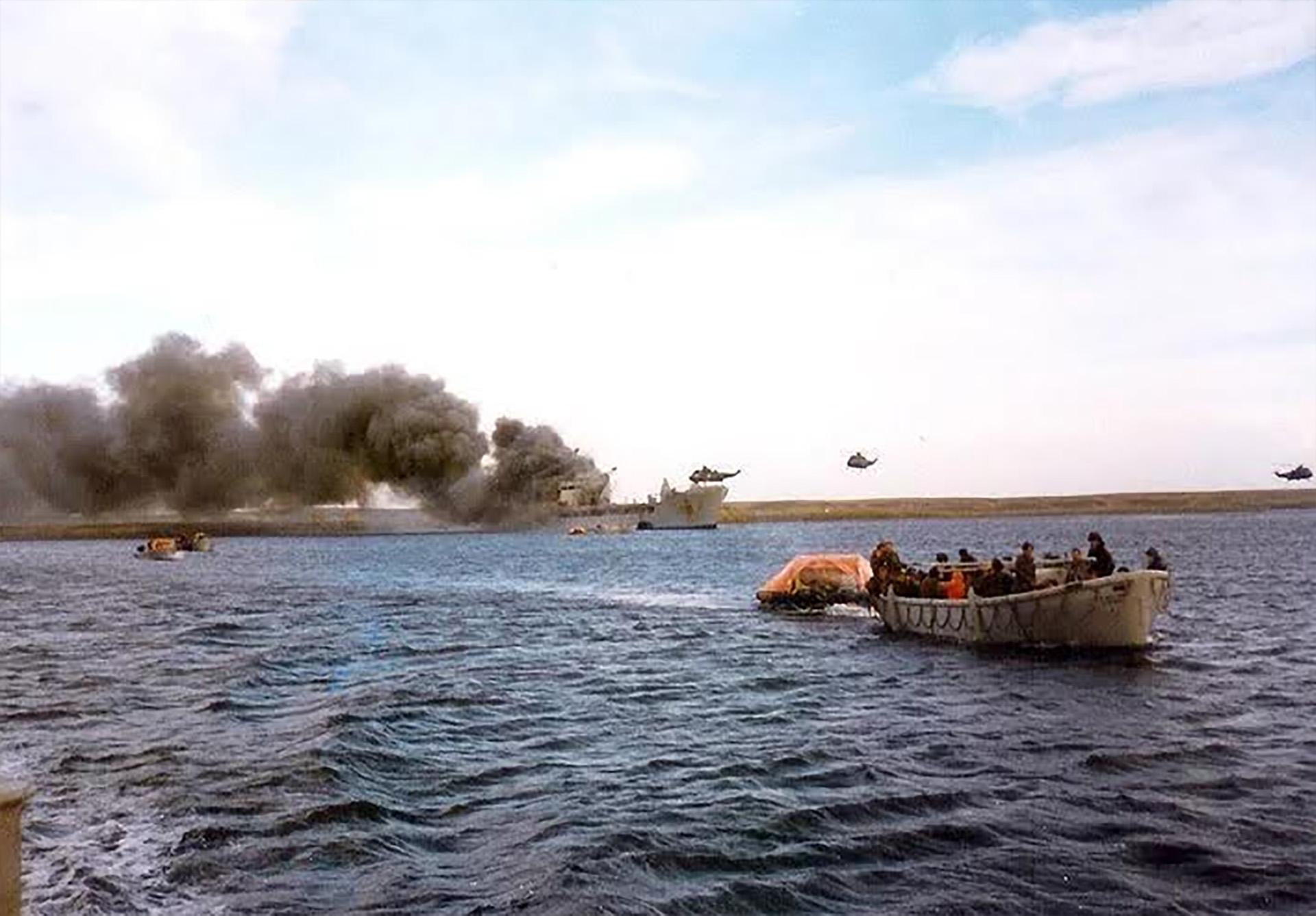 8 de junio: el rescate a la tropa británica(56 muertos y 200 heridos) luego del ataque de la Fuerza Aérea en Bahía Agradable. Los barcos de transporte de tropas de la Royal Navyqueintentabandesembarcar fueron bombardeados por aviones A4-B, A4-C y Mirage. Los barcos Sir Galahad y Sir Tristram fueron seriamente dañados, y sehundió la lancha de desembarco Fearless