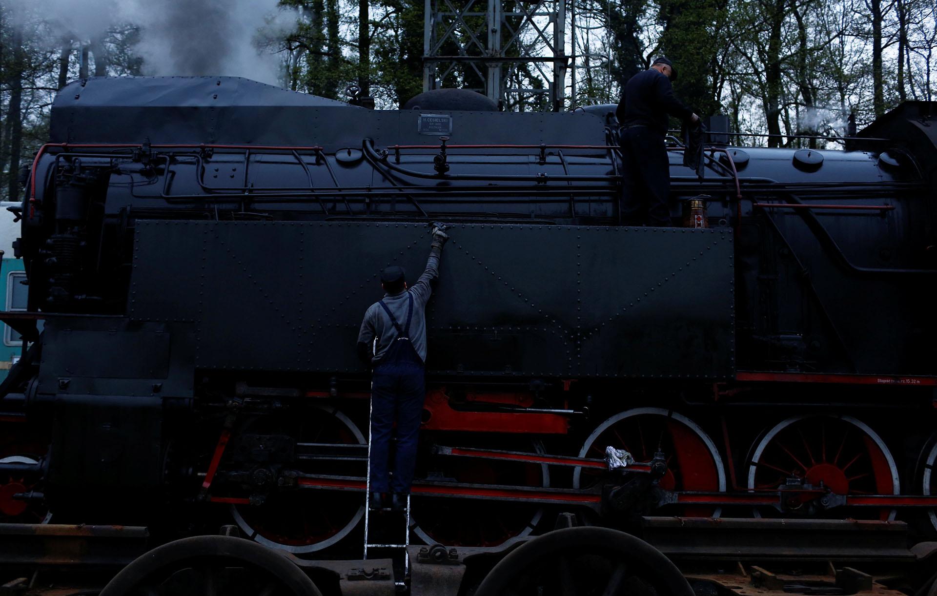Trabajadores preparan para el desfile a una locomotora de vapor, un día antes del evento que se celebra en Wolsztyn, Polonia
