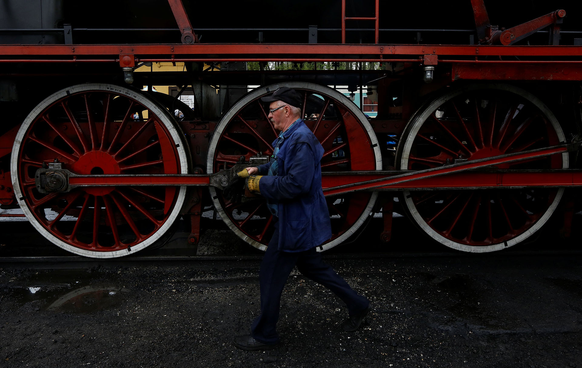 Un hombre camina cerca de una locomotora