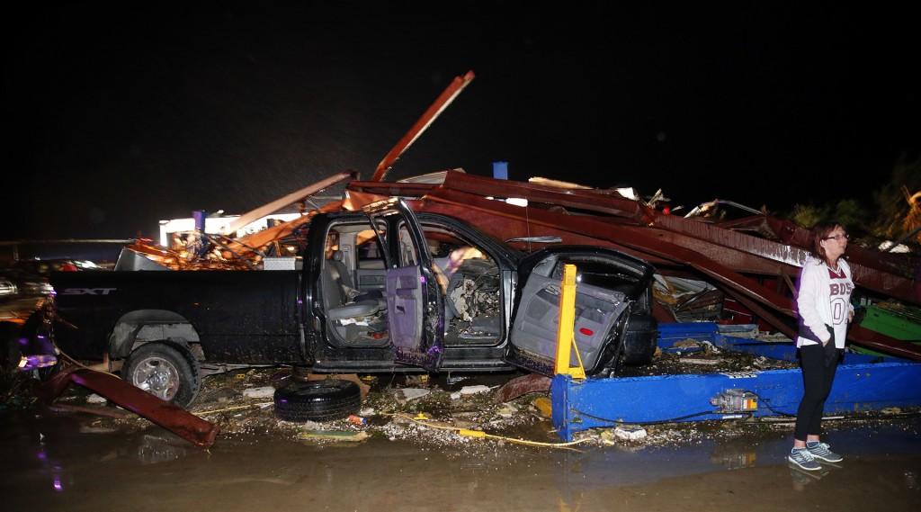 El departamento de bomberos de la zona confirmó las cinco víctimas mortales, incluida una que circulaba en un vehículo que fue lanzado por el tornado cerca de la ciudad de Canton, en el condado de Van Zandt (AP)