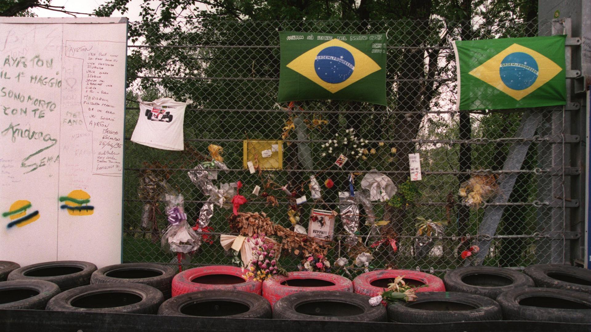 Un año después del fallecimiento de Senna, los fanáticos dejaron ofrendas en la zona del accidente donde el brasileño perdió su vida
