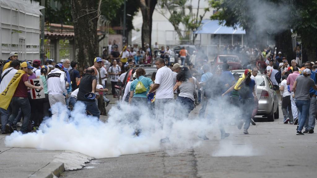 Los gases lacrimógenos fueron lanzados contra la multitud