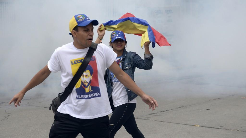 """""""¡Libertad! ¡Libertad!"""", coreó la multitud tras la reacción de la Guardia Nacional, mientras en los edificios vecinos retumbaban cacerolas"""