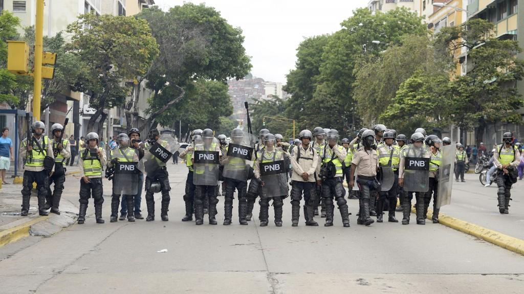 Miembros de la Guardia Nacional y la Policía lanzaron bombas de gas lacrimógeno, obligando a retroceder al grueso de los manifestantes y evitar que llegaran al centro, donde cientos de chavistas se manifestaban en apoyo al presidente Nicolás Maduro y con motivo del Día del Trabajo