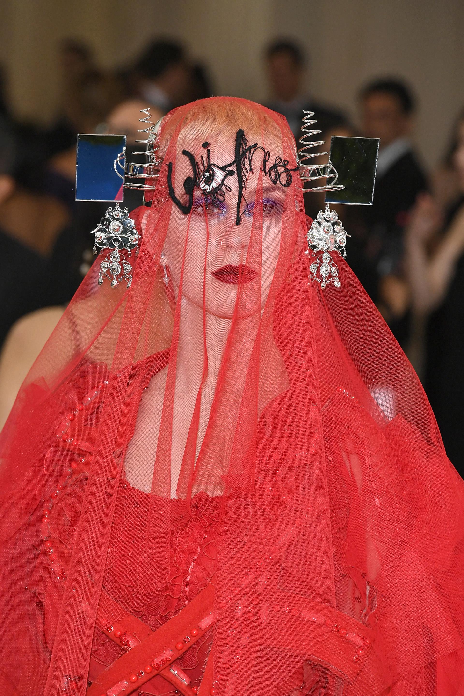 Katy Perry se llevó el premio a la peor vestida con su osada apuesta del diseñador John Galliano (Getty Images)