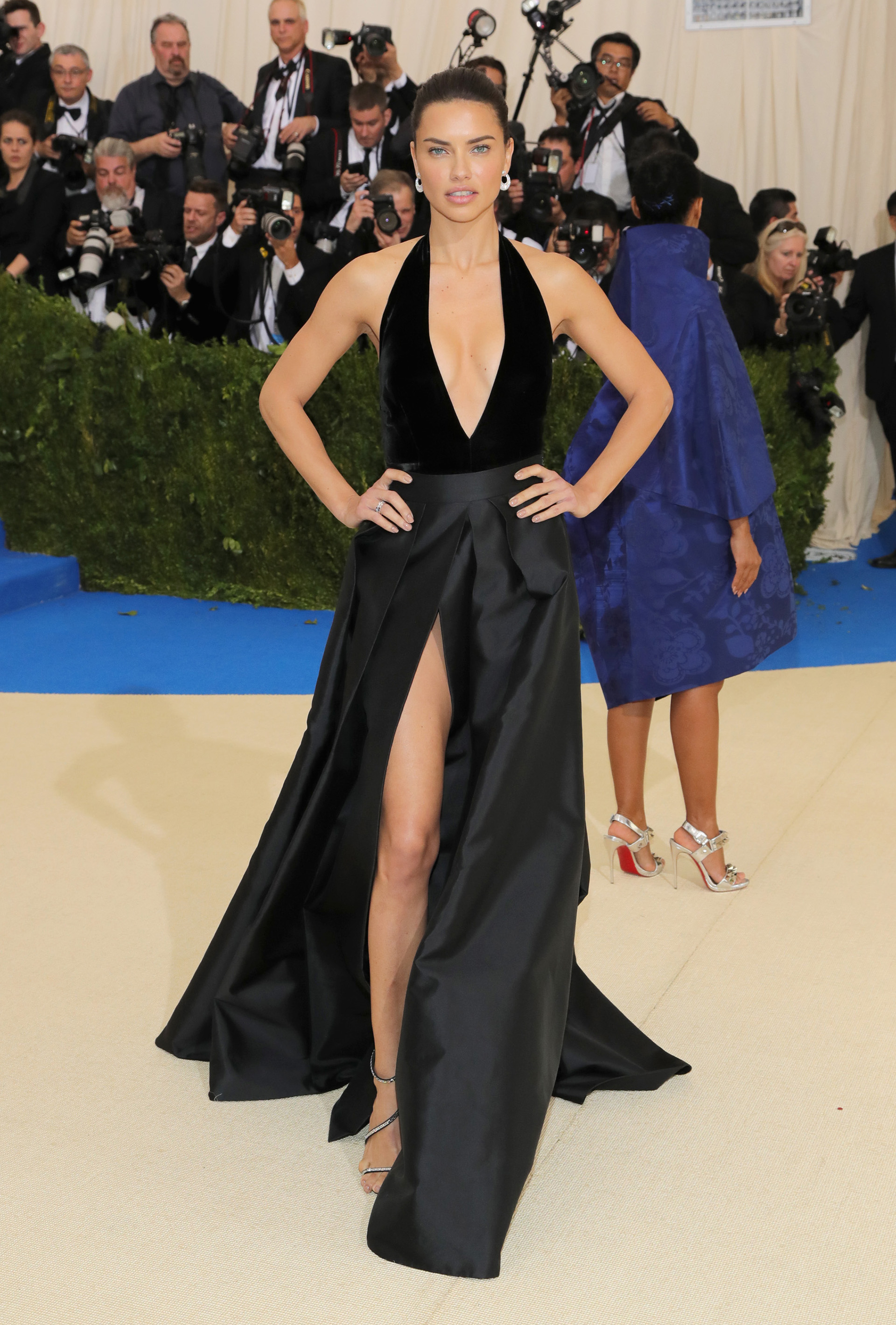 La supermodelo Adriana Lima se inclinó por un look minimalista, un look total black muy sexy (Getty Images)