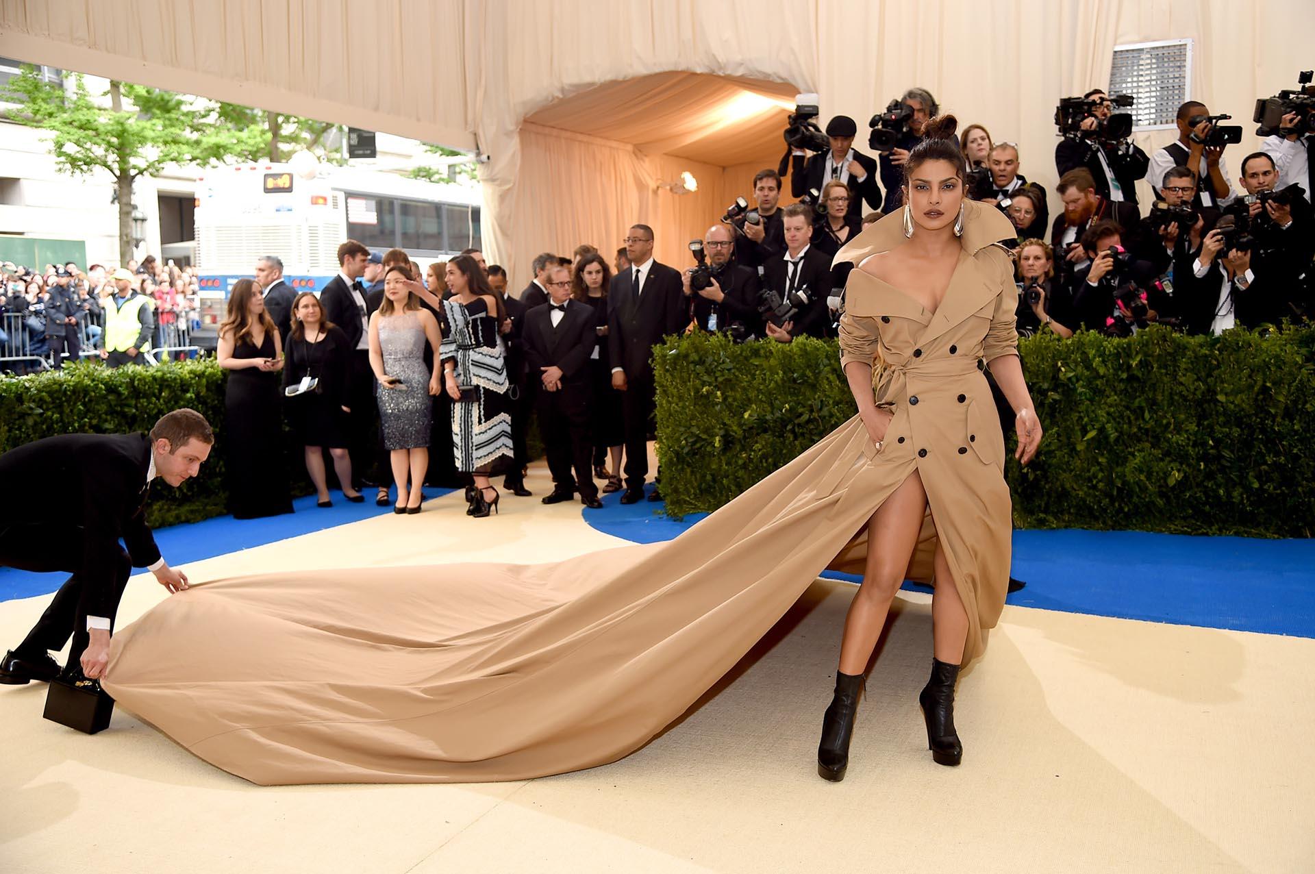 """Priyanka Chopra llevó """"el saco más largo del mundo"""", pieza de Ralph Lauren y catalogada como una de las mejores vestidas de la gala (Dimitrios Kambouris/Getty Images)"""