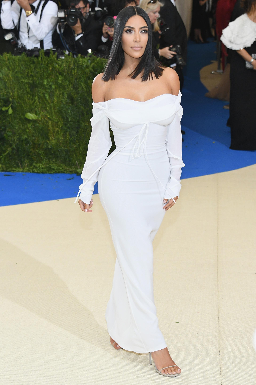Kim Kardashian sorprendió con su discreción y simpleza con un vestido blanco sin estridencias hasta los tobillos (Getty Images)