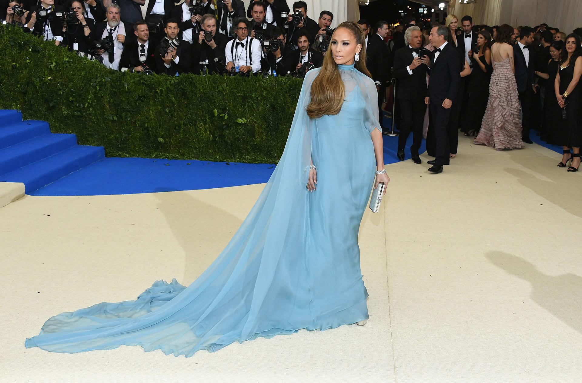 Jennifer Lopez, elegante y sofisticada con una vestido de Valentino (Getty Images)