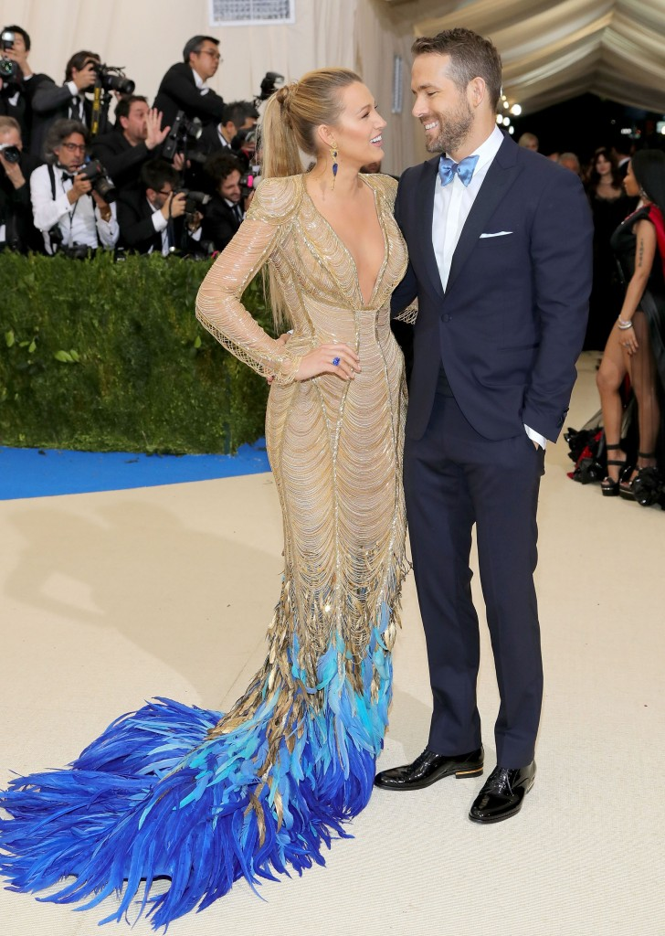 Blake Lively junto a su marido el actor Ryan Reynolds ambos elegantes y en composé por Versace (Getty Images)