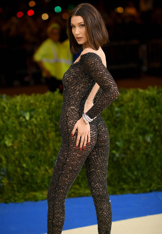 Bella Hadid, casi desnuda con un mono de red de Alexander Wang (Getty Images)