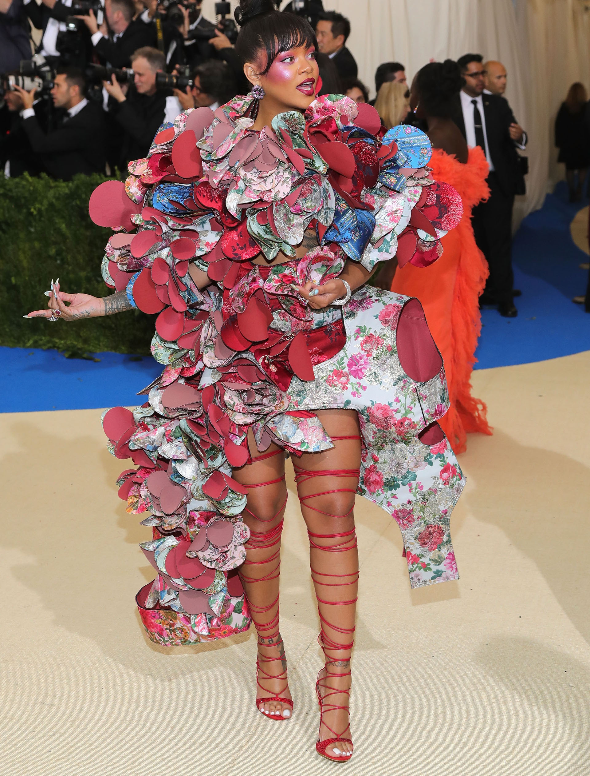 Rihanna optó por una arriesgada propuesta en homenaje a la diseñadora Rei Kawakubo, como indicaba la temática del Met 2017 (Getty Images)