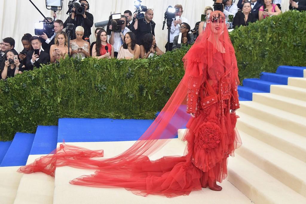 Su vestido rojo se convirtió en el más comentado de la noche. Fue una de las pocas que respetó el dress code y rindió homenaje a la diseñadora Rei Kawakubo