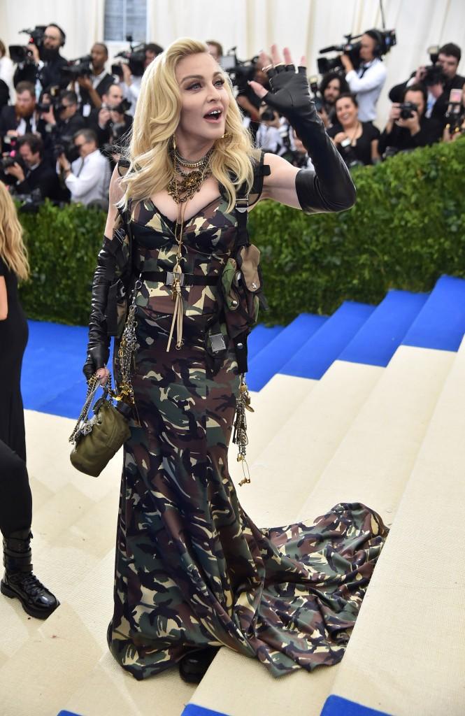 Madonna con su look 'militar' donde los accesorios fueron los protagonistas (Theo Wargo/Getty Images For US Weekly)